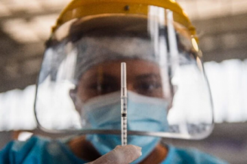 Perú impone uso obligatorio de dos mascarillas para compras por pandemia