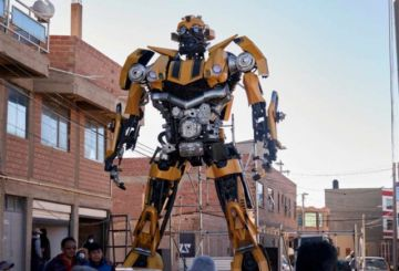 Potosino ensambla una réplica de robot Bumblebee de siete metros