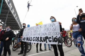 Surgen masivas protestas contra reforma tributaria en Colombia desafían restricciones anticovid