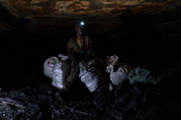 El carbón, el mísero sustento de los mineros ilegales de Sudáfrica