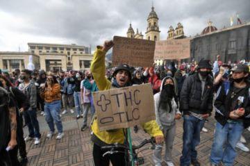 Una reforma tributaria que aprieta a la clase media y aviva protestas en Colombia