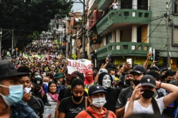 Reportan masivas protestas por cuarto día consecutivo contra reforma tributaria en Colombia