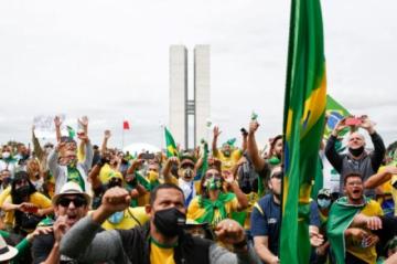 Miles de brasileños participan en manifestaciones pro-Bolsonaro en plena pandemia