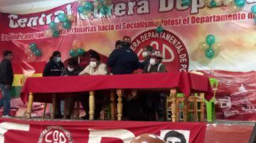 Trabajadores de la COD entregan al gobernador Mamani sus propestas para el desarrollo de Potosí