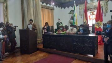 Jhonny Mamani posesiona a su gabinete departamental