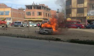 Vecinos queman vehículo de presuntos delincuentes en la ciudad de El Alto