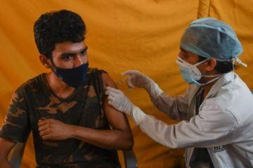 India roza los 4.000 muertos diarios y EEUU apuesta por liberar patentes de vacunas anticovid