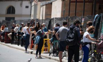 """El gobierno español pide """"responsabilidad"""" tras imágenes de fiestas callejeras"""