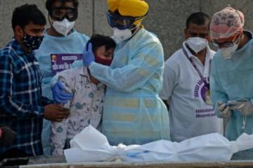 Surgen críticas a la gestión mundial de la pandemia, que deja más de 250.000 muertos en India