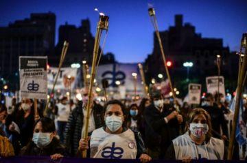 Enfermeros marchan en Argentina por mejores salarios