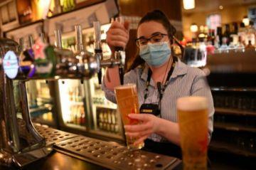 Inglaterra prosigue el desconfinamiento pese al temor por la variante india del coronavirus