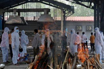 Voluntarios de todas las religiones ayudan en los funerales en India