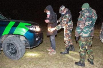 """Bielorrusos atraviesan un bosque para huir del """"horror"""""""