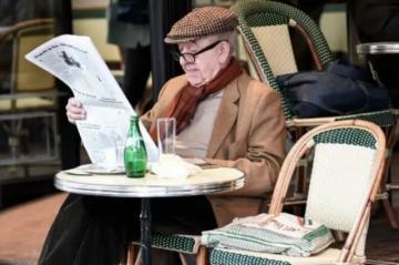 Francia reabre terrazas y museos, Nueva York suprime uso de mascarillas