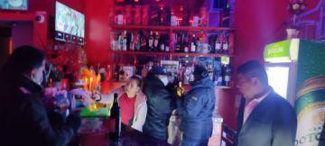 Detienen a 46 personas que bebían en un motel