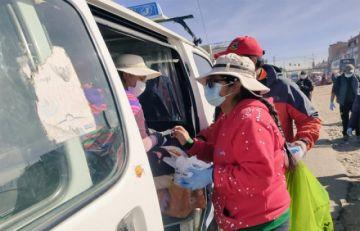 El Alto: rigen sanciones y Eva Copa sale a las calles a controlar y repartir barbijos