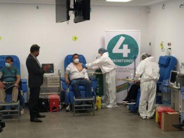 Presidente Luis Arce recibe la primera dosis de la vacuna anticovid