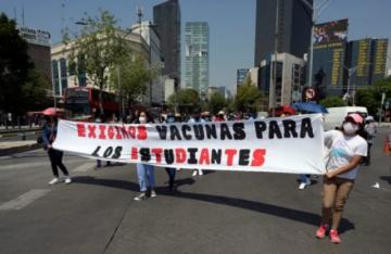 Estudiantes marchan en México contra regreso a clases sin estar vacunados contra covid-19