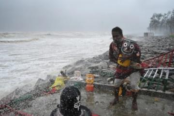 Reportan que hay al menos dos muertos por el potente ciclón Yaas, que tocó tierra en India