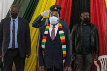 El presidente zimbabuense concentra todos los poderes, tal como hizo Mugabe