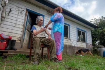 Chile vacuna a toda máquina y llega a remotas islas del archipiélago de Chiloé