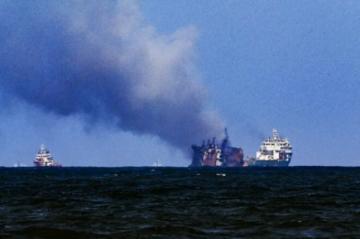Portacontenedores lleno de combustible frente a Sri Lanka está parcialmente sumergido