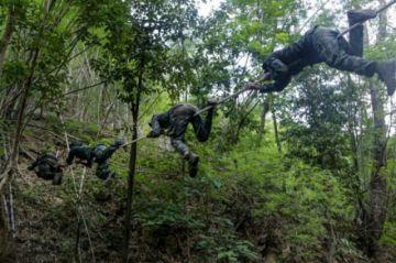 Para luchar contra la junta en Birmania, los jóvenes se entrenan con los rebeldes