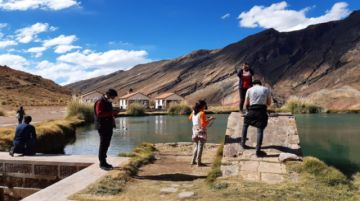 Encuentran que se hace bautismos en la laguna de Tarapaya