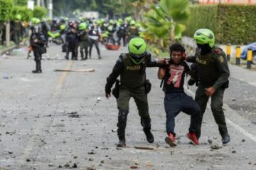 Dos civiles muertos y un policía baleado en nuevas protestas en el suroeste de Colombia