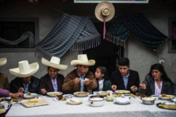 """Rodeado de familia y campesinos, Castillo llama a la """"tranquilidad"""" en Perú"""