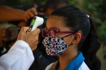 """Con """"emoción y nervios"""", estudiantes mexicanos vuelven a las aulas"""