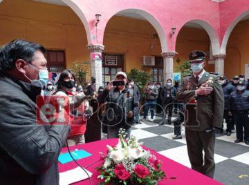 Alcalde posesiona al nuevo intendente municipal