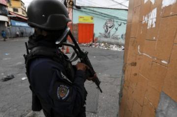"""Con """"armamento de alto calibre"""" bandas criminales enfrentan a policía en barriada de Caracas"""
