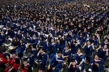 Hay una masiva entrega de diplomas a graduados en Wuhan un año después de la cuarentena