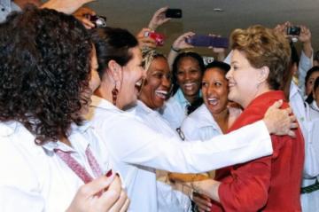 Influyente senador de EEUU exige a la OPS explicar contratos con médicos de Cuba