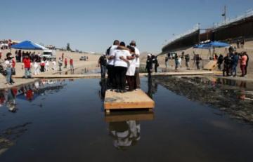 Familias migrantes se abrazan de nuevo en la frontera México-EEUU cerrada por la pandemia