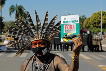 Indígenas y policías chocan, con flechas y gases, frente al Congreso en Brasilia