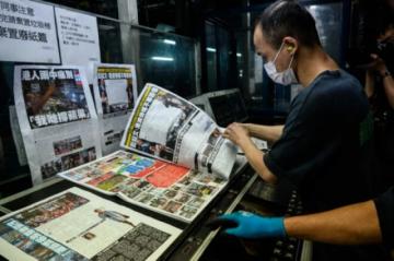 Compradores hacen fila por última edición de diario prodemocracia en Hong Kong