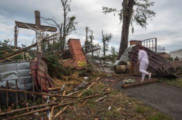 Reportan que hay al menos cinco muertos y docenas de heridos en un tornado en República Checa