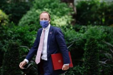 Ministro de Salud británico dimite por infringir reglas contra el covid-19