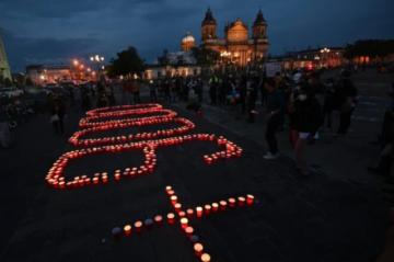 Recuerdan con velas a muertos por covid-19 en Guatemala y culpan a presidente