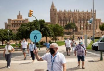 España y Portugal imponen medidas anticovid a turistas británicos