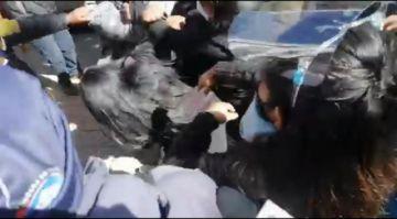 Padres de familia llegan a agresiones en plena plaza de Potosí