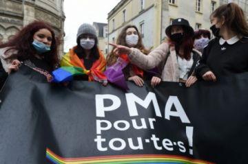 Francia está a un paso de aprobar ley que abrirá la reproducción asistida a lesbianas