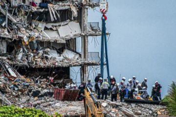 Curas y psicólogos acompañan a familiares de víctimas del derrumbe del edificio en Florida