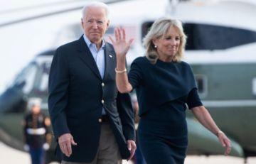 """Biden visita Florida para brindar """"consuelo"""" tras mortal derrumbe de edificio"""