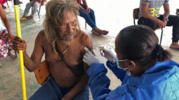 Ecuador vacuna a indígenas emparentados con clanes en aislamiento voluntario