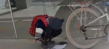 Uyuni: ¿Quién es el niño de la foto viral que buscó Wifi en la calle para poder pasar clases?