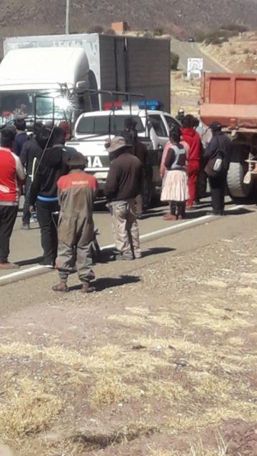 Pobladores toman como rehén a un policía cerca de Vitichi