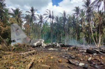 Informan que hay  45 muertos al estrellarse un avión militar en Filipinas